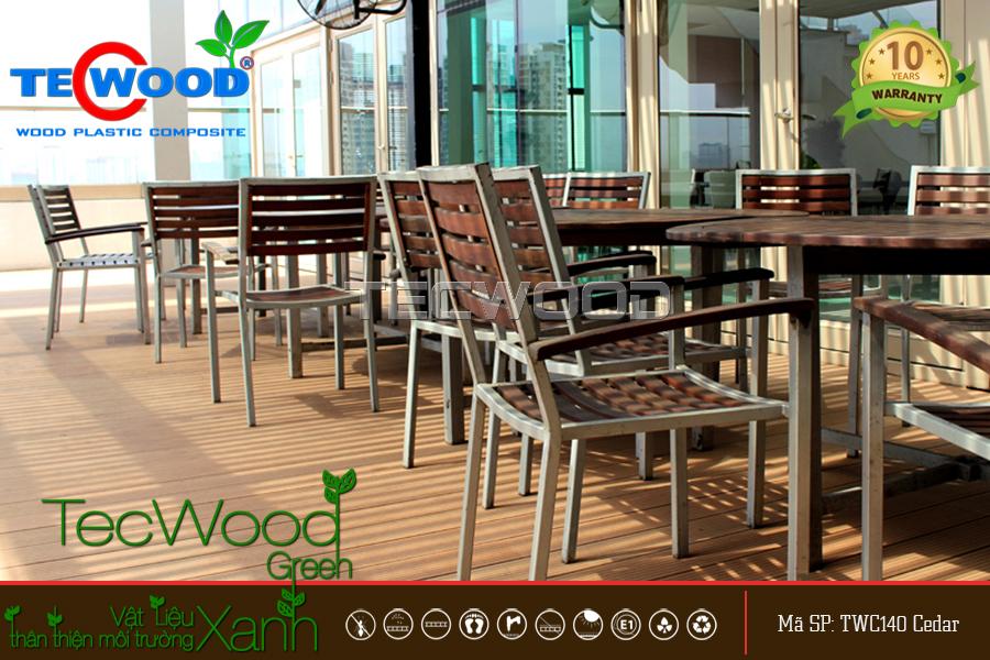 lót sàn gỗ nhựa ở phần mặt trước của nhà hàng